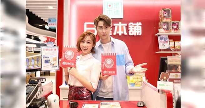 夏語心、劉書宏擔任藥妝店一日店長。(圖/施岳呈 攝)