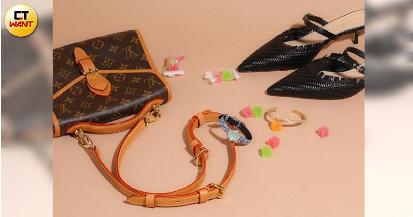 Louis Vuitton LV Ivy包/65,500元、Dior Black Teddy-D Braided Lambskin Mule穆勒鞋 /約28,960元、La Mini D de Dior Mosaique腕錶 /136,000元、CELINE金色黃銅及水晶小型EDWIGE TWISTED手鐲/25,500元。(圖/戴世平攝)