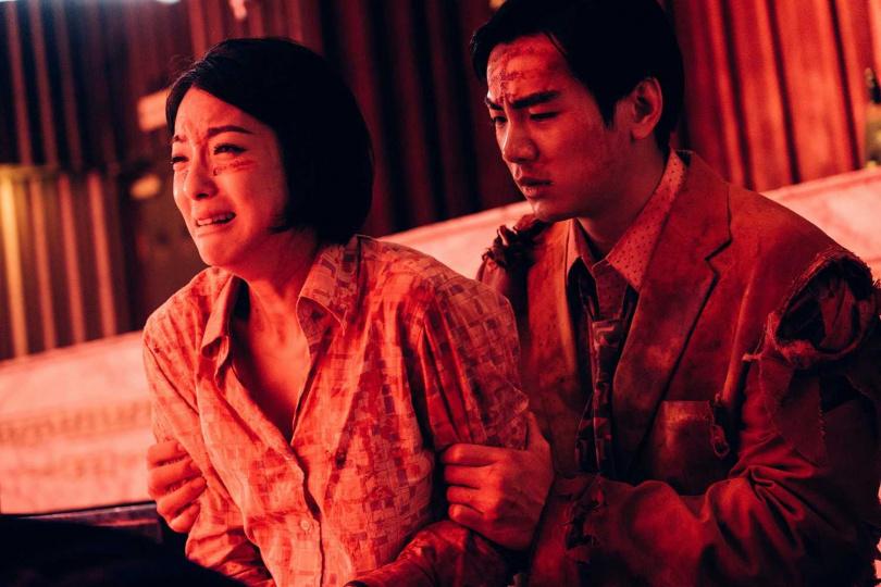 賴雅妍(左)和禾浩辰在片中一起對抗活屍。(圖/華映娛樂提供)