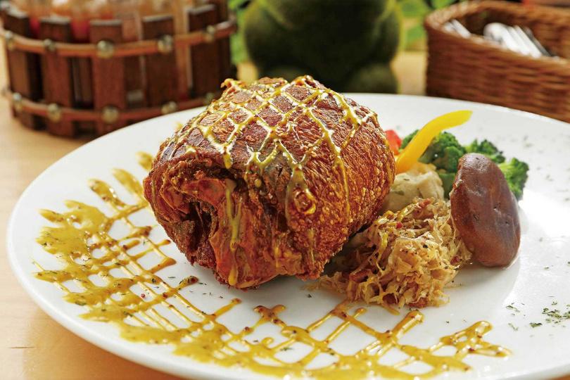 「法式脆皮豬腳」採用台灣豬肉,外皮酥脆、肉質Q彈,愈嚼愈香。(單點550元,套餐650元)(圖/于魯光攝)