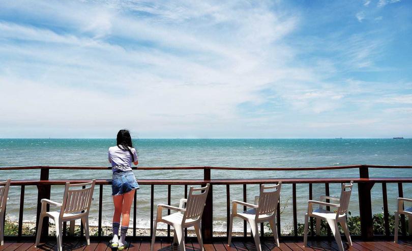 「藍色公路海景咖啡館」的戶外座位區,坐擁海景第一排。(圖/于魯光攝)