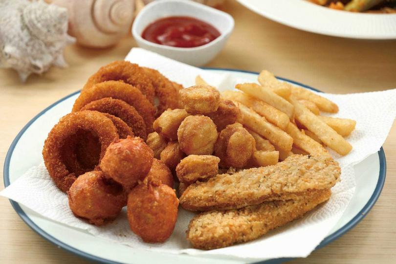 炸物有洋蔥圈、薯條、花枝丸、檸檬雞柳條、雞米花等品項,酥脆又涮嘴。(每項各100元/份,圖為拼盤呈現)(圖/于魯光攝)