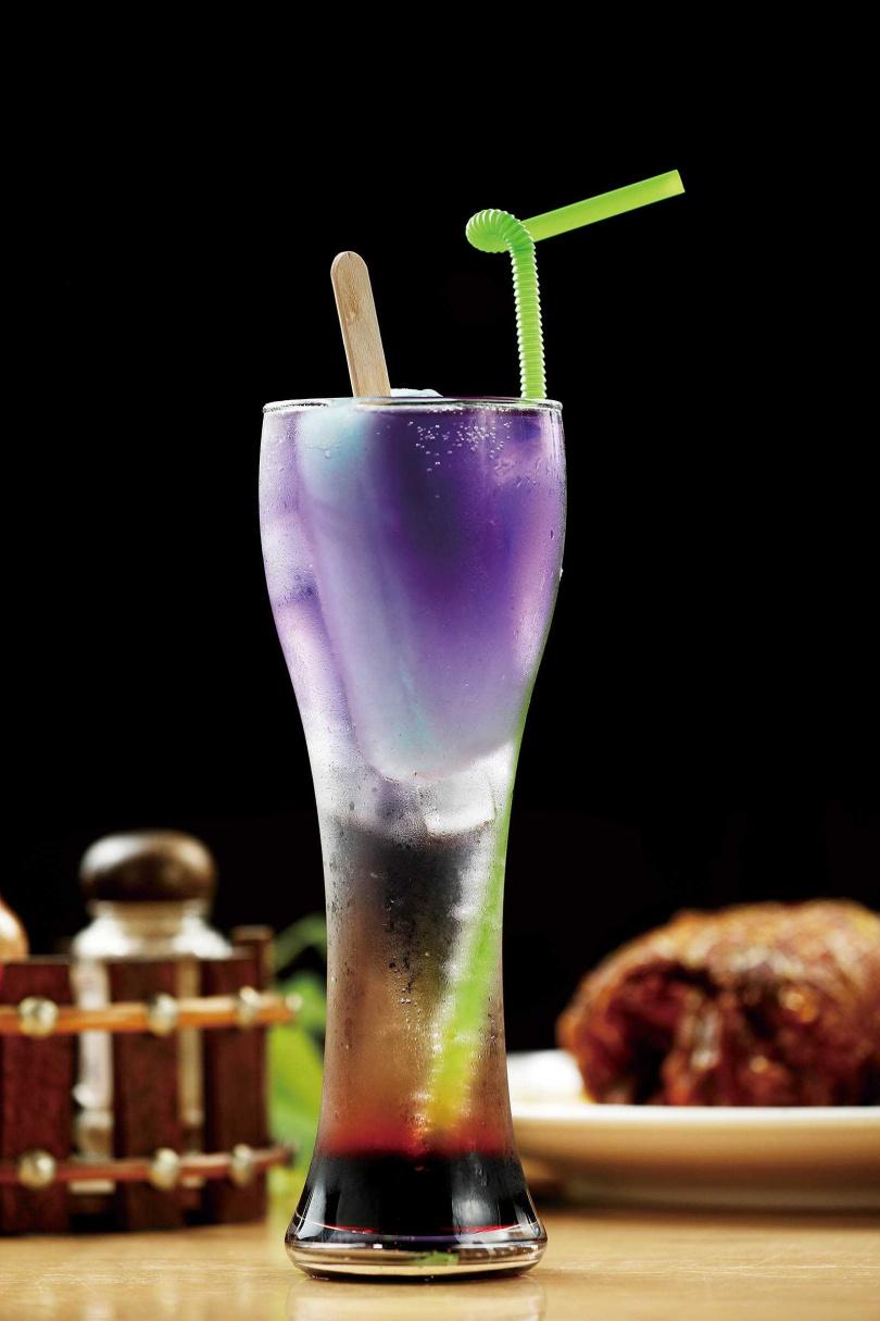 「夏日蔓越莓蘇打」以蝶豆花為基底,加入蔓越莓汁,還附冰棒,酸甜透心涼。(240元/杯)(圖/于魯光攝)