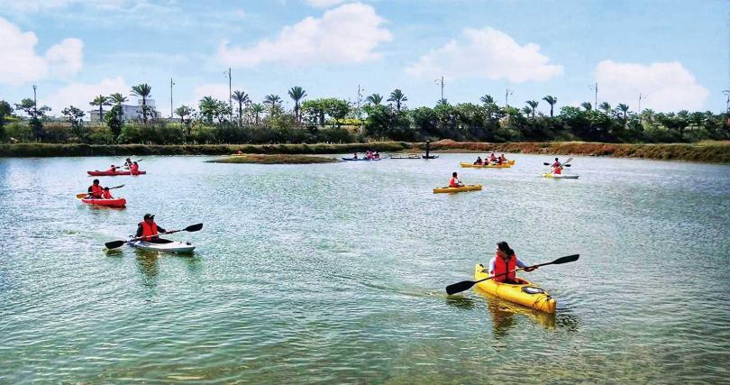 鹽池內划獨木舟的「鹽田划爾滋」,是「謝鹽祭」的重頭戲之一。(圖/洲南鹽場提供)
