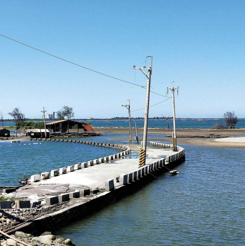 通往「壽島」的連外道路,在漲潮時會被海水淹沒。(圖/高靜玉攝)