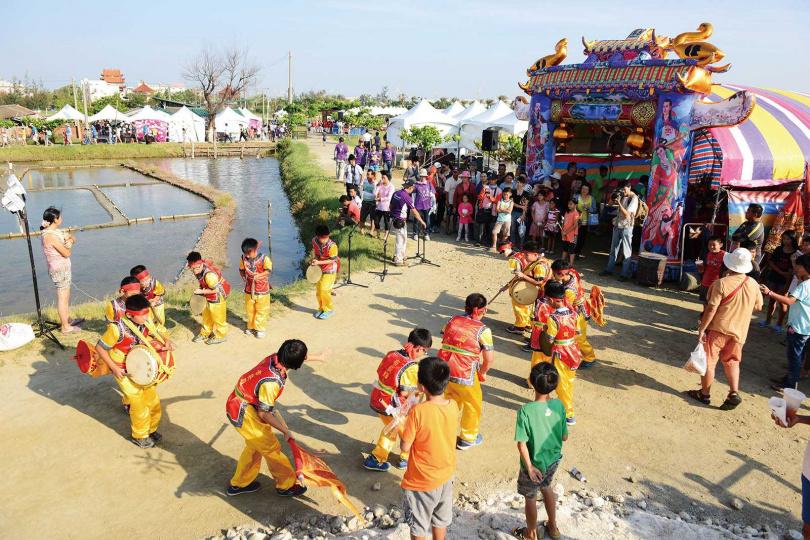 洲南鹽場每年都會舉辦「謝鹽祭」,依照民俗禮儀謝神,當地國小也會組隊前往參與活動。(圖/洲南鹽場提供)