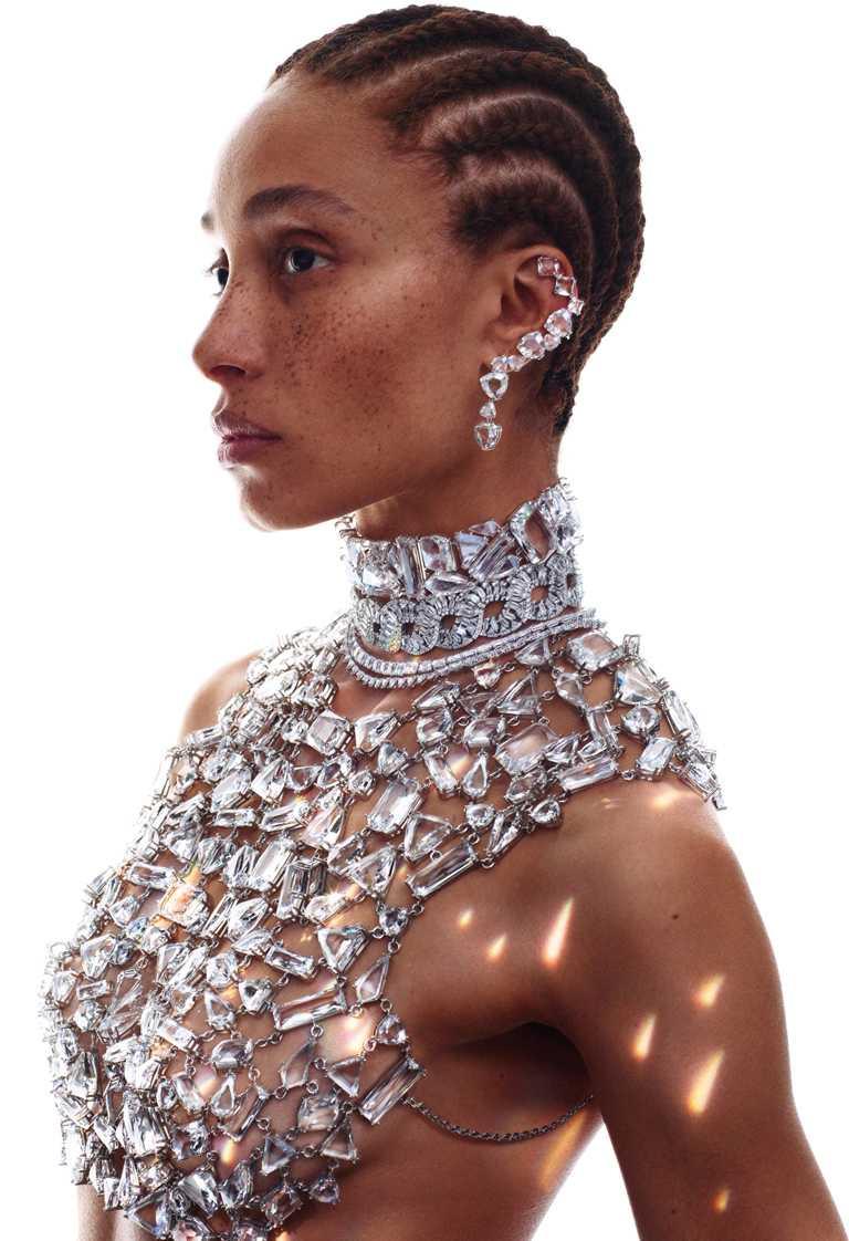 SWAROVSKI「Wonderlab Collection I」HYPERBOLA水晶美體胸飾、頸鍊、耳環╱價格店洽。(圖╱SWAROVSKI提供)
