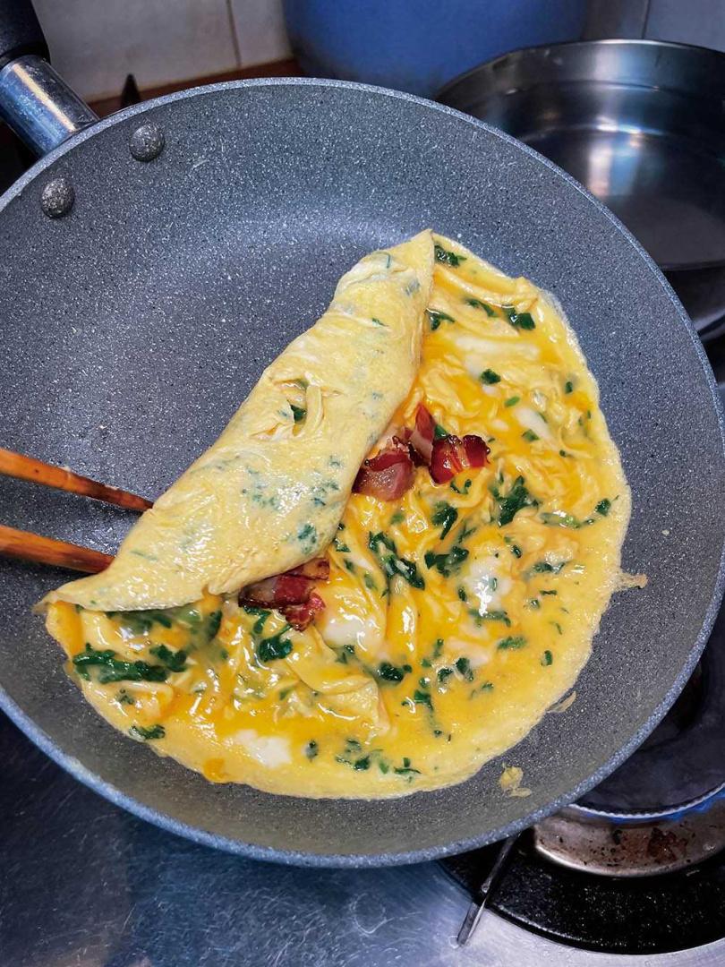 以花生油熱鍋再下入蛋液,讓蛋香多了份花生香氣。(圖/陳志煌提供)