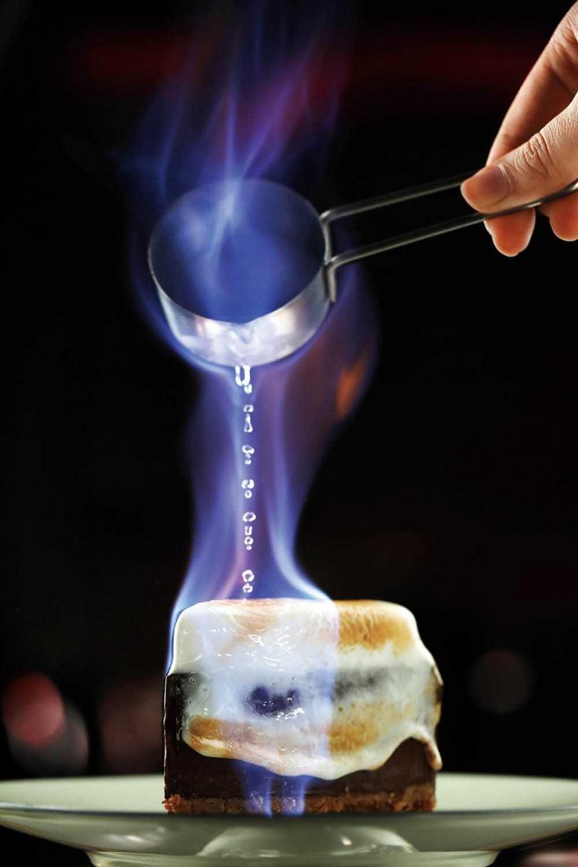 「SKB火焰派」上桌前淋上肉桂威士忌或蜂蜜威士忌,點火炙燒,為濃郁巧克力派嗆入酒香。(200元)(圖/于魯光攝)