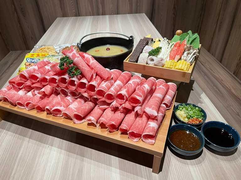 「築間」推出的599爆量滿足套餐,聰明點肉量可達1公斤。(肉品種類僅為等量示意圖)