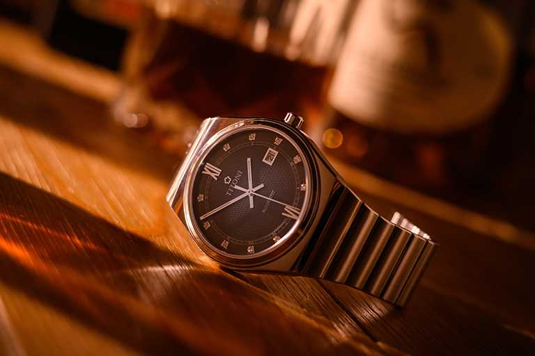 TITONI「Impetus動力」系列腕錶,晶炭灰面盤,40mm,316L不鏽鋼錶殼,ETA 2892-A2型自動上鏈機芯╱41,500元。(圖╱TITONI提供)