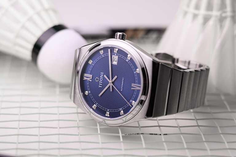 TITONI「Impetus動力」系列腕錶,海軍藍面盤,40mm,316L不鏽鋼錶殼,ETA 2892-A2型自動上鏈機芯╱41,500元。(圖╱TITONI提供)