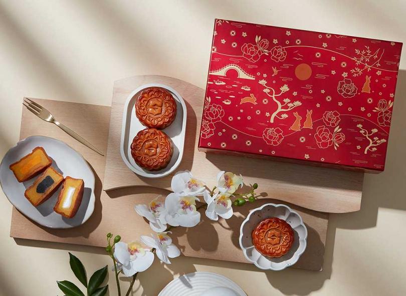 老少咸宜台南限定款「花紅奶黃月餅禮盒」以象徵吉祥富貴的牡丹花的設計。(圖/香格里拉台南遠東飯店)