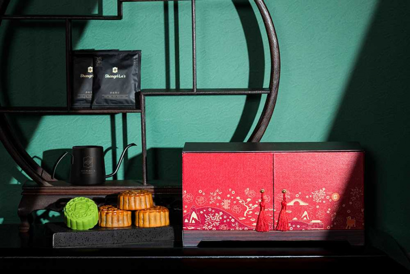 限量款「花詠豪華月餅音樂禮盒」內含四款月餅,以及濾掛咖啡及手沖壺。(圖/香格里拉台南遠東飯店)