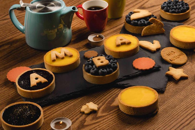 「中秋手工月餅塔禮盒」每盒四種口味共6入。(880元,圖/意舍酒店提供)
