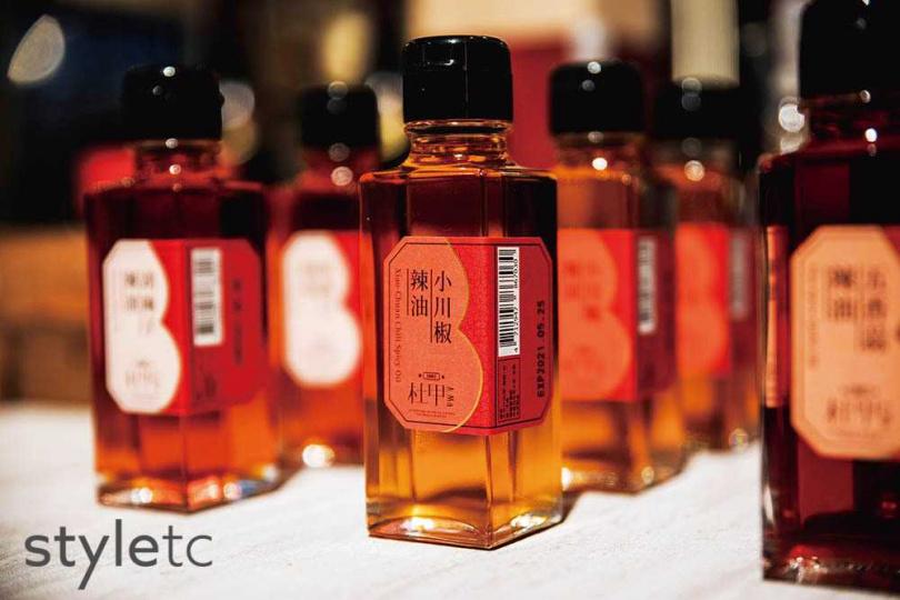 「小川椒辣油」嚴選精品辣椒、花椒與新鮮白芝麻煉油,帶有木質與檸檬的辛香。(280元/100ml)(圖/品牌提供)