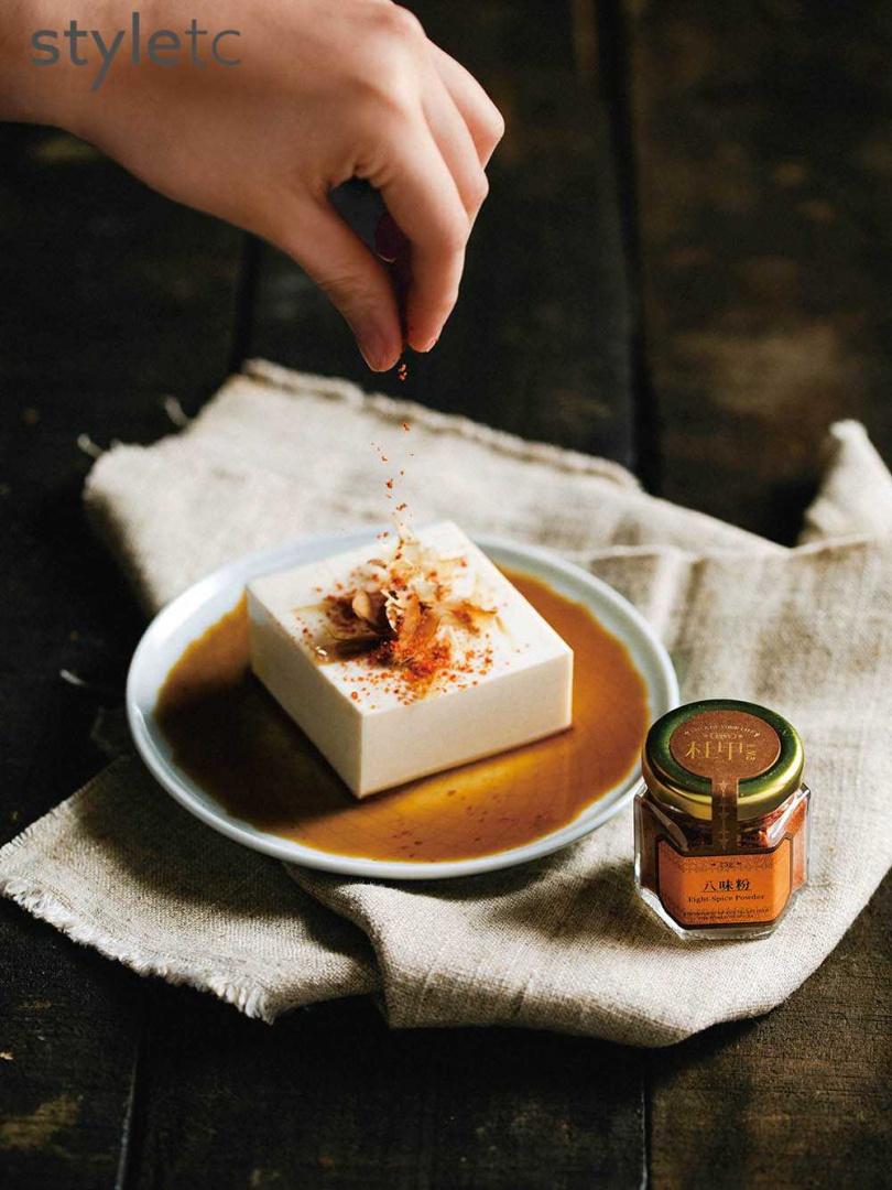 「八味粉」帶有微辣、香麻與中藥香,香氣濃郁又不失清爽,可用於烤肉、火鍋、炸物等增添風味。(120元/25g)(圖/品牌提供)