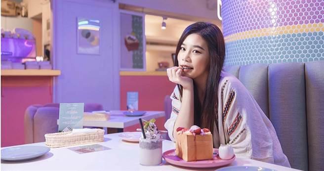 劉思延趁七夕前到甜點店感受浪漫氛圍。(圖/萊恩媒體集團提供)