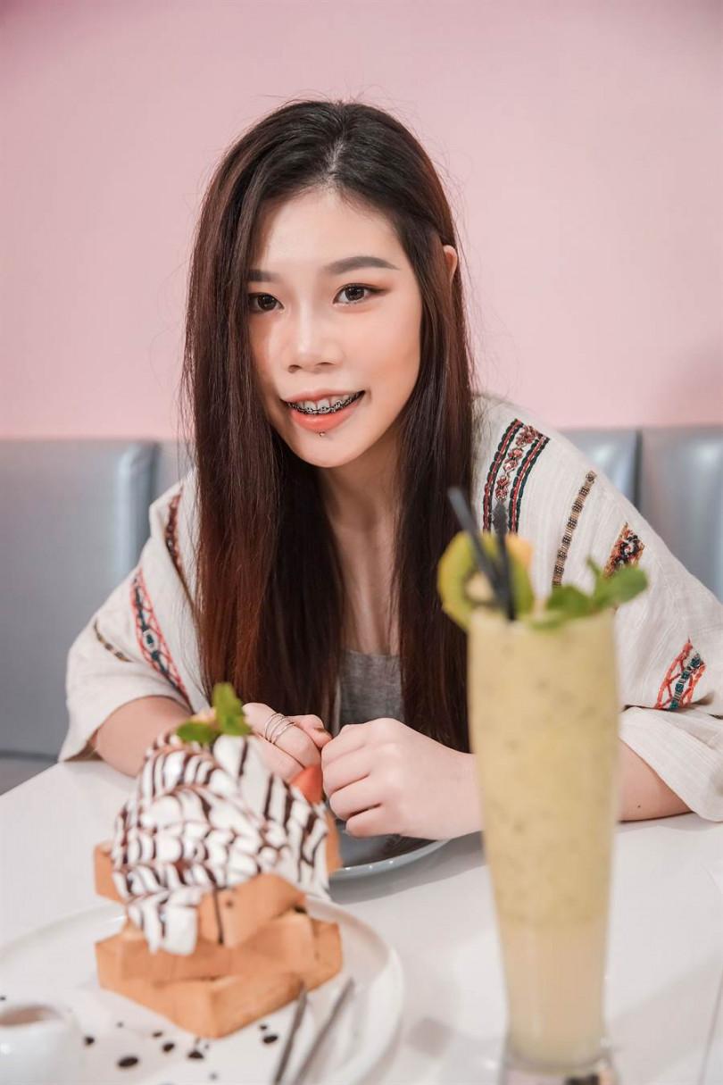 劉思延日前到甜點店吃蜜糖吐司。(圖/萊恩媒體集團提供)