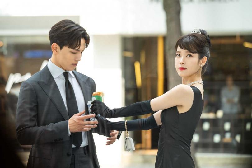 IU與呂珍九因為一只契約,展開命運糾結的生死戀。(圖/八大)