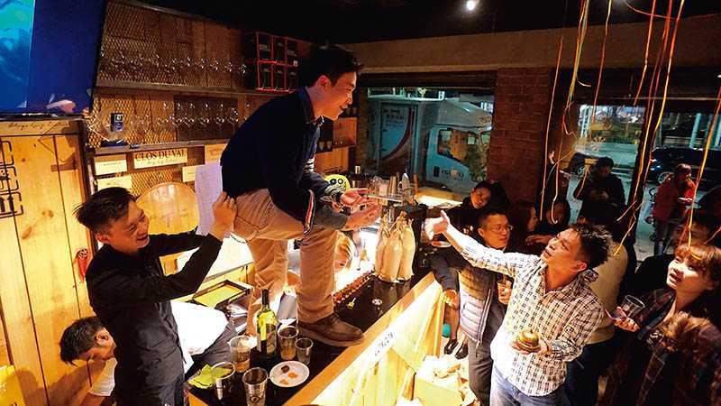 「酌易酒坊」跨年趴提供多種酒食吃喝到飽,CP值嗨翻玩家!(圖/酌易酒坊提供)