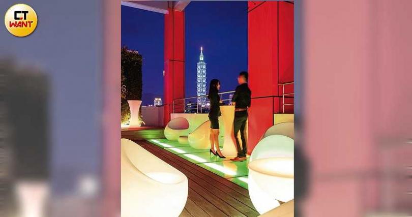 「泡泡飯店」有DJ秀與歌手接力表演,也有絕佳觀景視野。(攝影/焦正德)