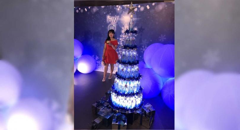 FIN氣泡水堆高的發光聖誕樹吸引來賓拍照,而麥卡倫威士忌攤位更是大排長龍。(圖/李蕙璇攝)