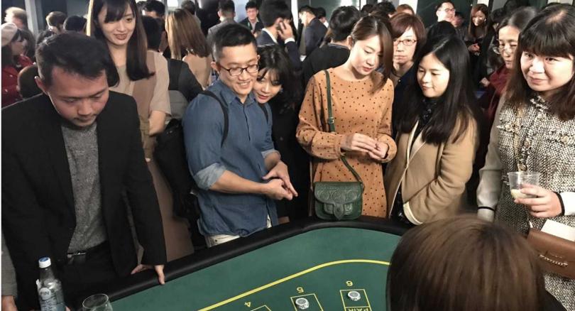 KKday設計使用遊戲籌碼在台北101開設空中賭場,讓趴踢來賓盡興。(圖/李蕙璇攝)