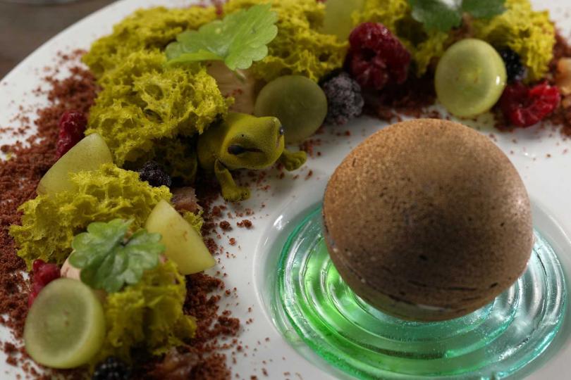 擺盤精緻華美的甜點「青蛙王子」,可愛得令人捨不得吃(450元)。(圖/于魯光攝)