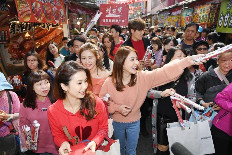 演員們掃街發紅包,被熱情民眾包圍。(圖/三立)