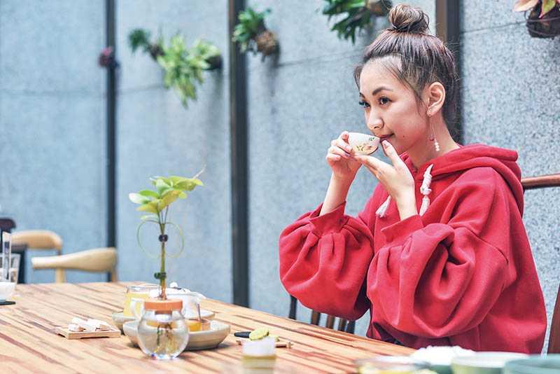 林玟誼最近趕拍《炮仔聲》難得休假,喝杯好茶放鬆一下。(圖/張祐銘攝)