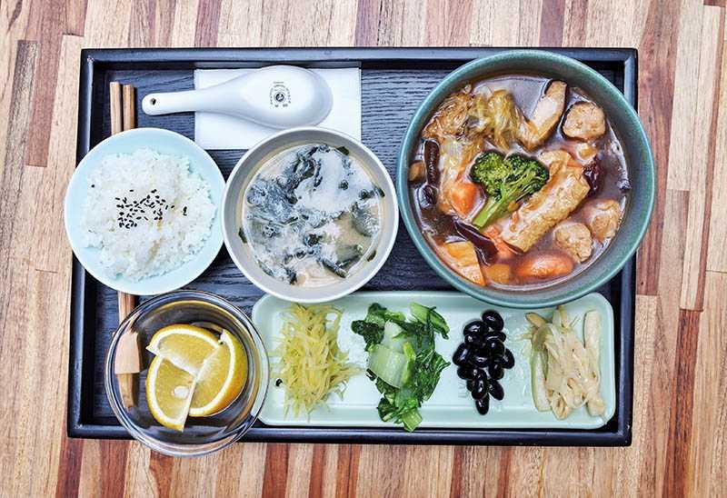 素食套餐:350元,素菜主食、青菜、醬菜、飯、湯、當季水果 。(圖/張祐銘攝)(圖/張祐銘攝)