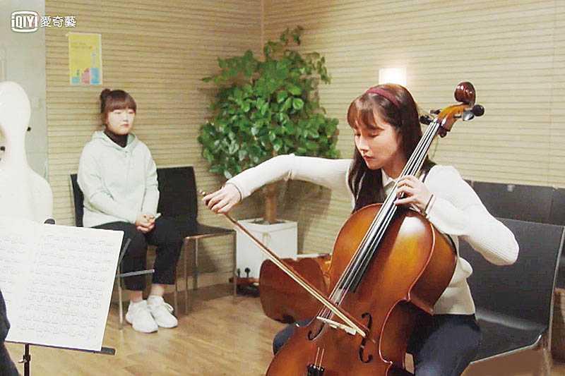 劇中朴敏英在首爾教授音樂,因為工作不順遂而逃回老家。(圖/愛奇藝台灣站提供)