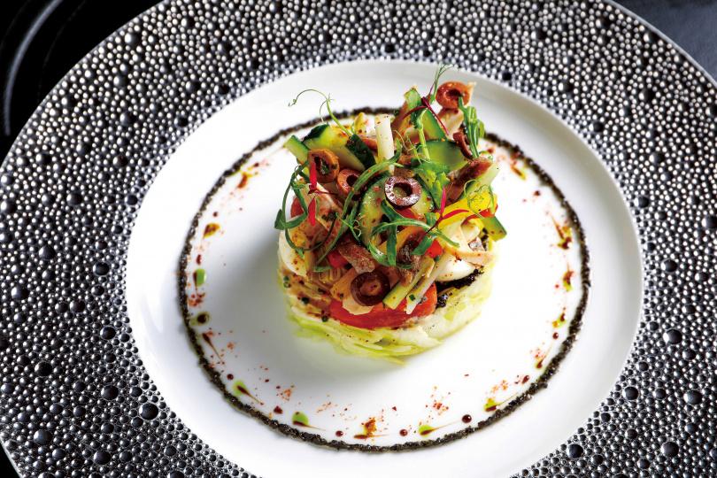 「尼斯沙拉」內含鮪魚及鯷魚、水煮蛋、橄欖等豐富食材,口感清脆酸甜。(780元)(圖/焦正德攝)