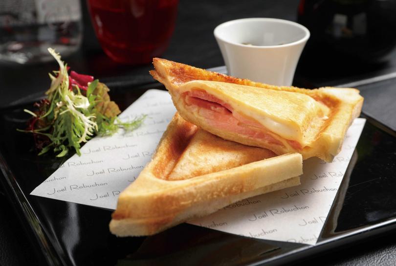 「火腿起司三明治」除了火腿,還加上法國PDO產區認證的Comté cheese(康堤起司),吃起來充滿濃郁奶香。(355元)(圖/焦正德攝)