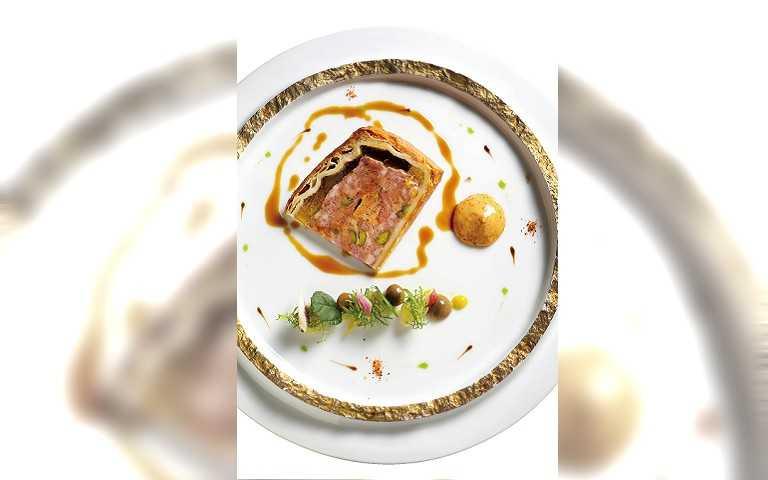 「法式鄉村肉派」外皮香酥,與豐美的內餡一起入口更具風味。(580元)(圖/焦正德攝)