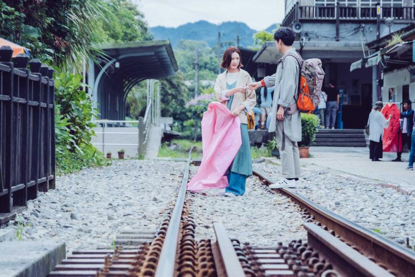 安心亞、宋柏緯在《墜愛》結局中於鐵道浪漫重逢。(圖/歐銻銻娛樂提供)