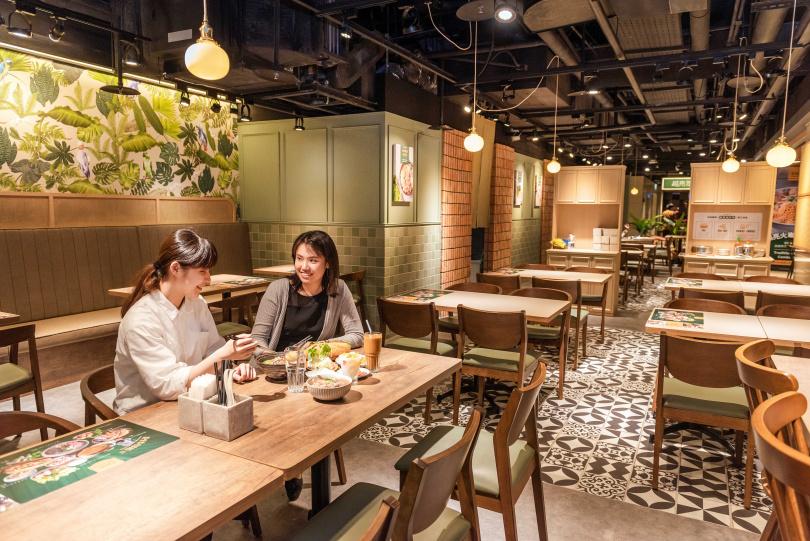 越亮 Only Pho You的空間以木質及芭蕉葉為視覺基調,充滿越南風情。
