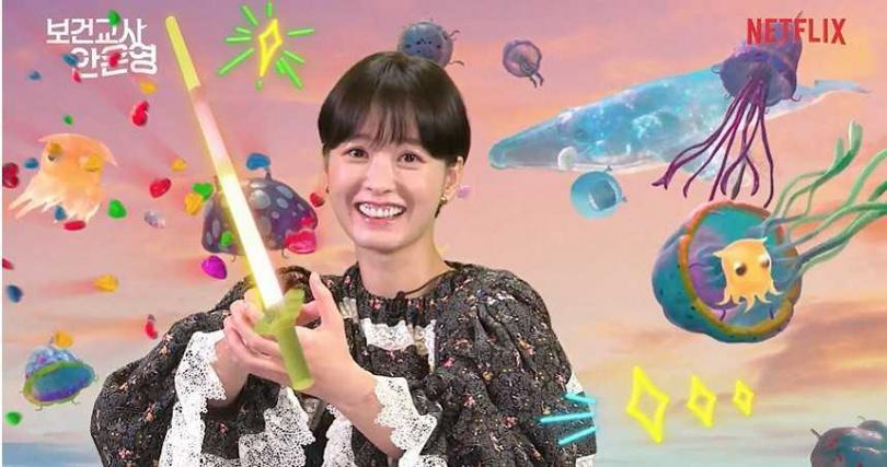 記者會上,鄭裕美拿著驅魔玩具槍奮力「滅果凍」。(圖/Netflix提供)