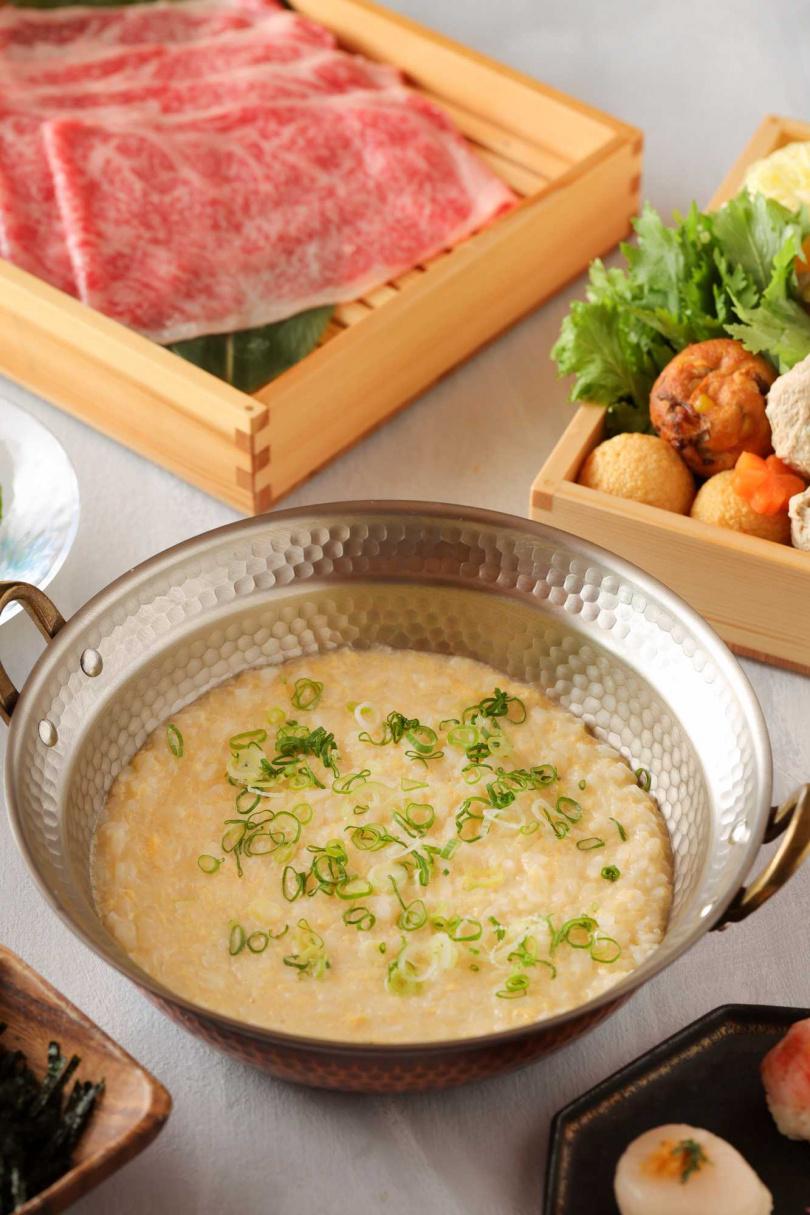 套餐的尾聲,由專人桌邊烹煮雜炊。(圖/水炊軒提供)