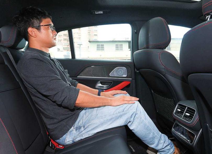 雖是Coupé車型,但一七六公分高的男性坐進後座,頭部及腿部空間仍相當充裕。(圖/趙世勳攝)