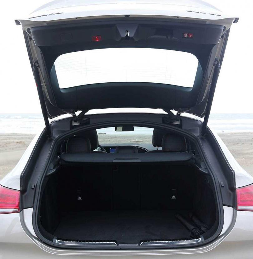 由於軸距和車身夠長,後行李廂的空間多達655公升。(圖/趙世勳攝)