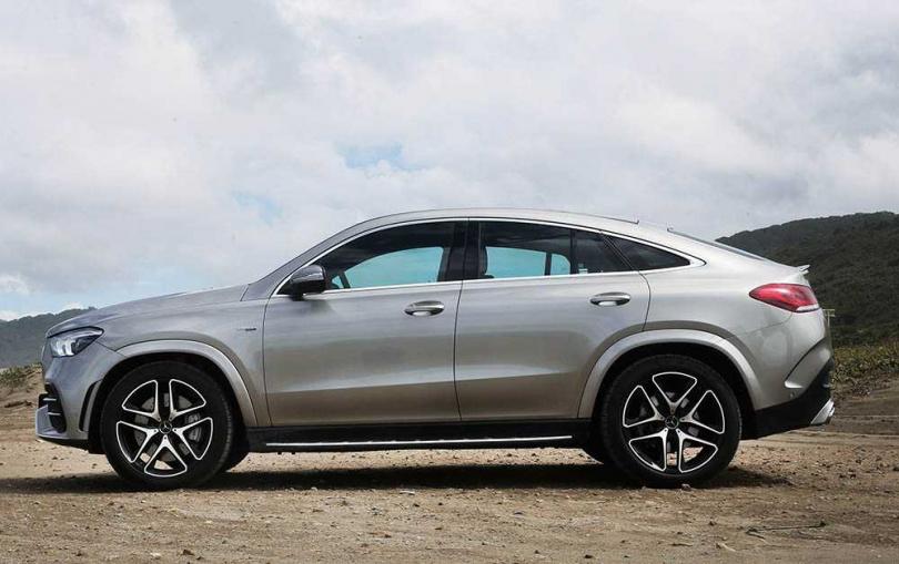 扁平的車體加上大尺寸輪圈,大幅降低極速操駕時的風阻。(圖/趙世勳攝)