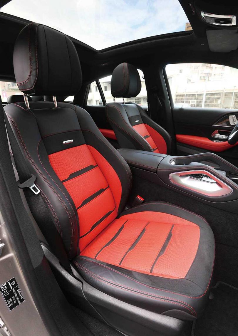 進入車室後最吸睛的,就是搭配Nappa真皮黑紅雙色皮革的跑車座椅。(圖/趙世勳攝)