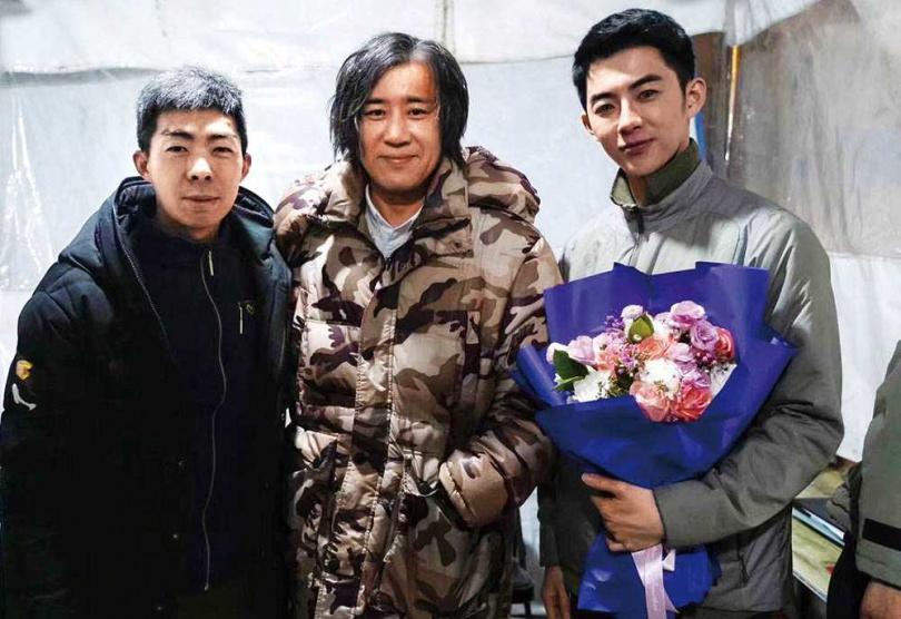 《刺殺小說家》殺青時,蕭子墨把握機會與導演路陽、演員于和偉合照留念。(圖/蕭子墨提供)