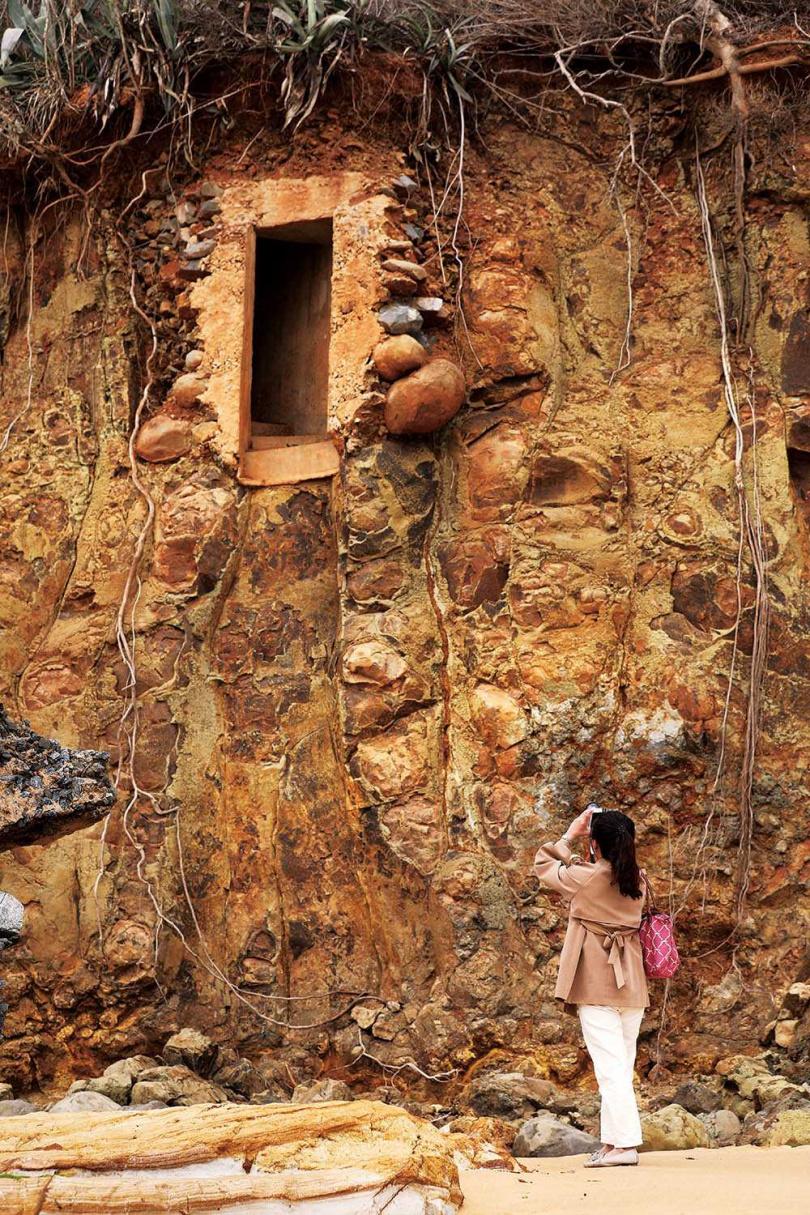 青岐海岸的軍事遺跡及柱狀玄武岩,相映成趣。(圖/于魯光攝)