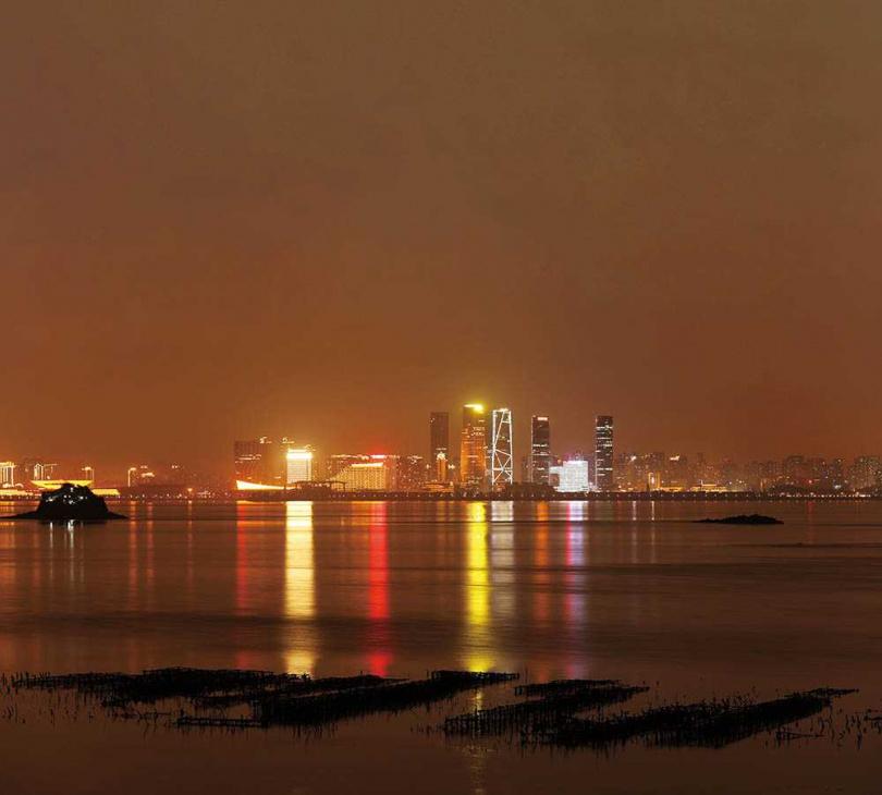 除了搭快艇可賞廈門夜景外,貓公石濱海休憩區也是看夜景的人氣景點。(圖/于魯光攝)