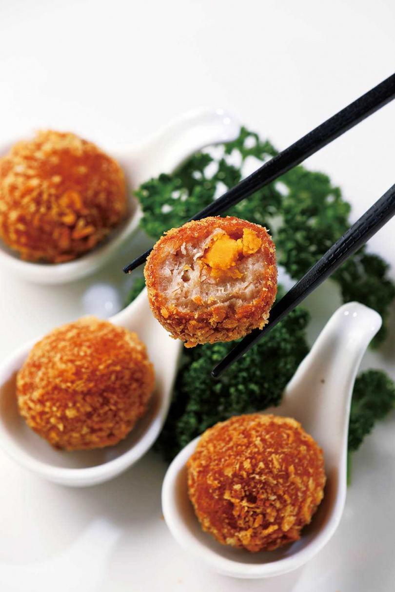 香酥可口的「芋鳳丸」包裹綿密芋頭和鹹蛋黃,是必點招牌菜。(九○元)(圖/于魯光攝)