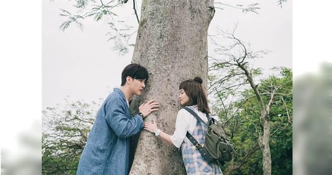 浪漫的樹下談話,葉星辰其實快被蟲子嚇死。(圖/東森提供)