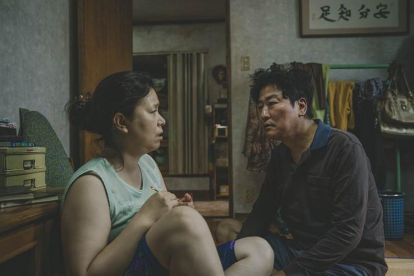 由宋康昊(左)和張惠珍在《寄生上流》飾演的貧窮夫妻,一起寄生到上流家庭中。(圖/CATCHPLAY提供)
